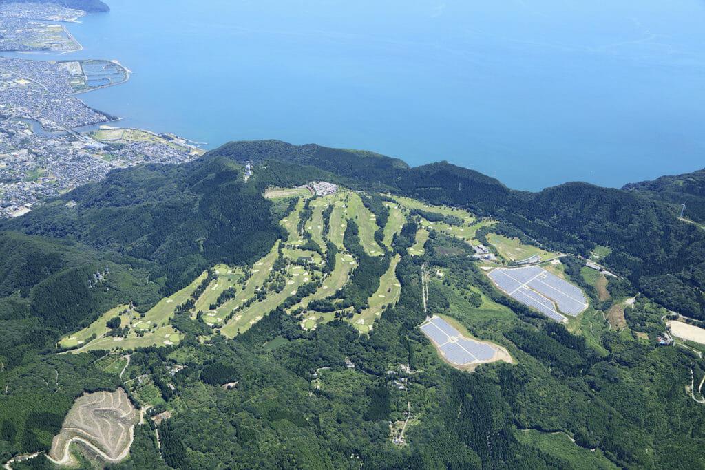 鹿児島 ゴルフ 場 - 島津ゴルフ倶楽部一番の特徴は「高速グリーン」です。一般のコースが8フィート前後であるのに対し、島津ゴルフ倶楽部は9~10フィートと早く、これは女子ツアートーナメントの速さ(9~11フィート)に近いセッティングです。